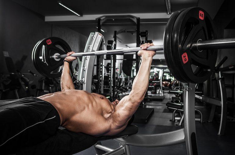 Pressa del banco – il lavoro dei muscoli, della tecnica, dei segreti