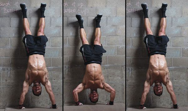 Push-up nel rack sulle mani vicino al muro – le spalle sono in shock!