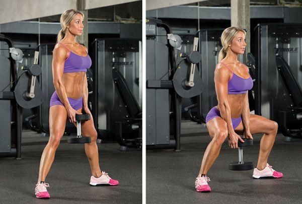 La tecnica squat plie con un manubrio o un altro peso