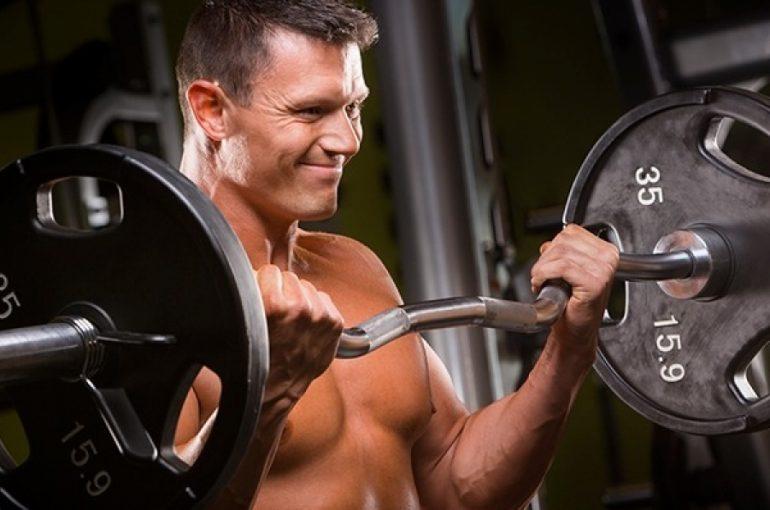 Allenare le braccia in superserie bicipiti